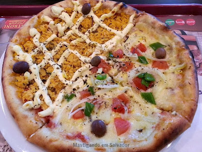 Patroni Pizza: Pizza metade Frango com Catupiry metade Portuguesa Carioca