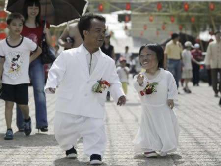 a97927 small people 5 couple 10 Manusia Terpendek paling Terkenal Di Dunia