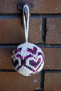 Вязаный шар с традиционным узором