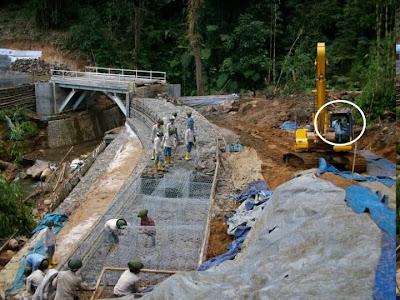 ... proyek pembangunan jembatan wah serem juga ni seper