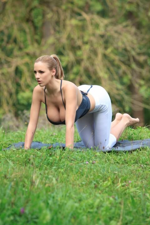 http://3.bp.blogspot.com/-9Ntbhx_NYiA/TuNItj_jysI/AAAAAAAACk0/hDJ_RJeZi2Q/s1600/Jordan-Carver-Yoga-16.jpg
