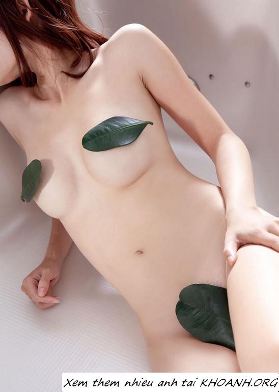 Hình sex gái trung quốc đẹp nhất: Em che ngực và bướm chỉ bằng lá cây