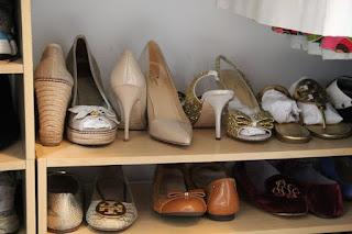 scarpiera con scarpe in guardaroba immagine
