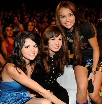 selena gomez kissing miley cyrus. selena gomez and demi lovato