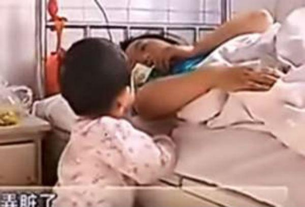 [Video] Budak 3 Tahun Jaga Ibu Yang Sakit Jadi Perhatian