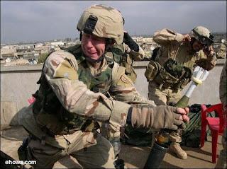 [Picture] เจองี้ตายแน่ๆ รวมเรื่องแปลก Army-soldier-loading-launcher-blooper
