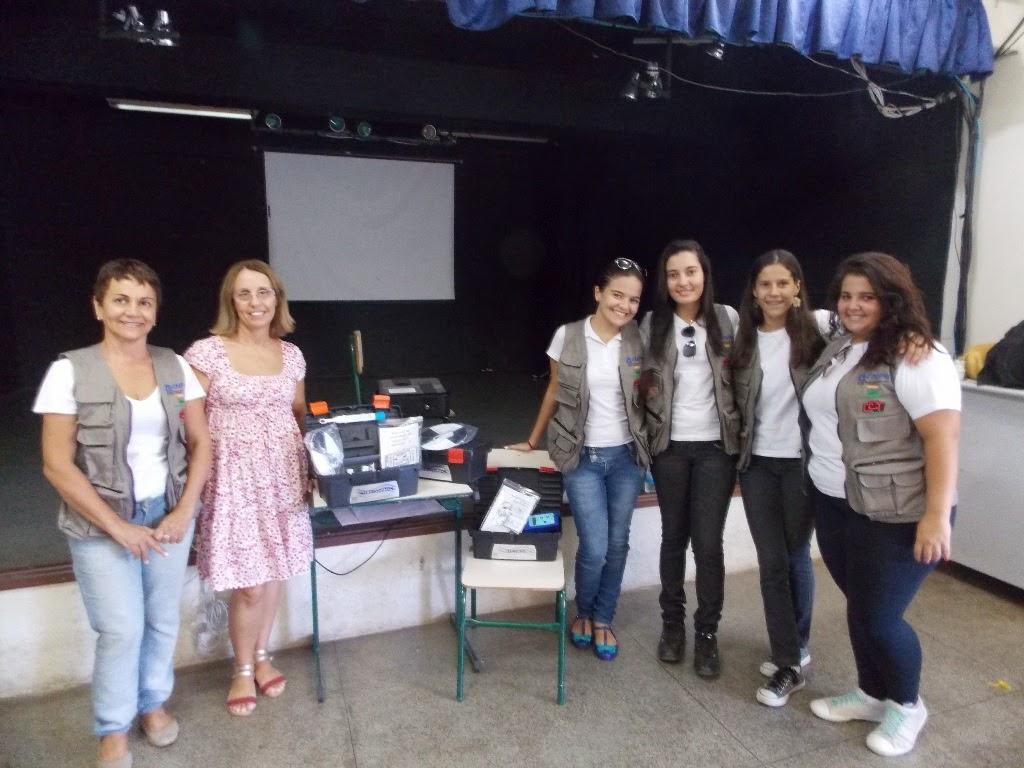 A coordenadora profa Cátia, do UNIFESO; a profa Elaine (Diretora Geral do CIEP 280); e as estudantes do ensino médio Laura, Thátilla, Beatriz e Izadora