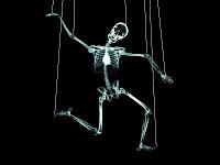 muerte manejada con hilos