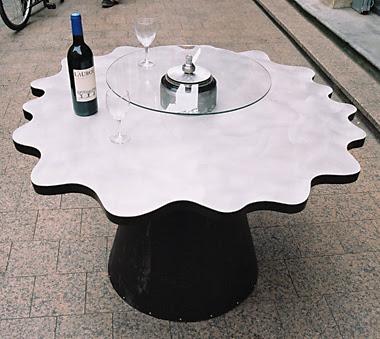 Reciclaje y ahorro hogar con una mesa hecha con un tubo de ventilación
