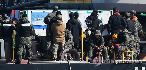Buceadores en el lugar del hundimiento del ferri Sewol