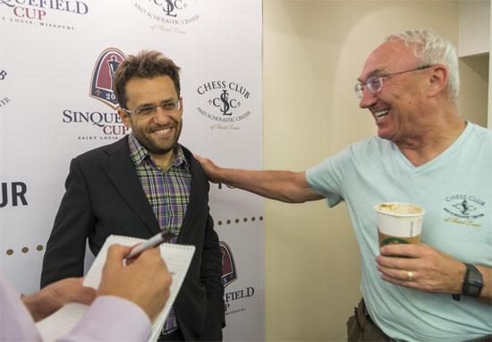 Ronde 7: L'Arménien Levon Aronian félicité par Rex Sinquefield, le richissime mécène du tournoi de Saint-Louis portant son nom © Lennart Ootes