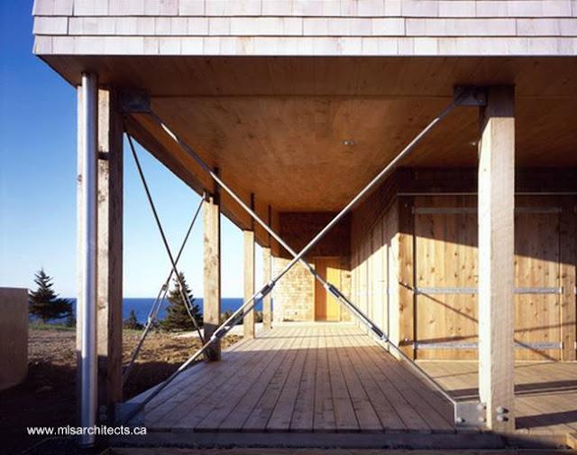 Detalle de arquitectura en casa de madera construida en Canadá