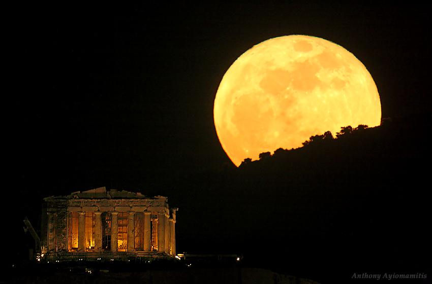 Trăng rằm trên di tích lịch sử ở thủ đô Athens, Hy Lạp. Tác giả : Anthony Ayiomamitis.