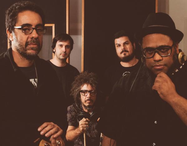"""Ouça e baixe """"No Momento (100%)"""", o primeiro single de BNegão & Seletores de Frequência"""