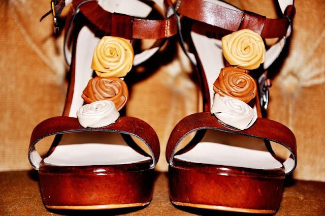 коричневые босоножки на каблуке с розочками