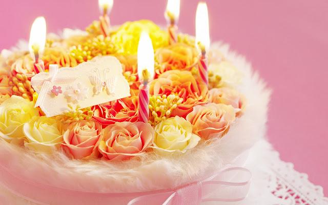 foto verjaardagstaart met brandende kaarsen