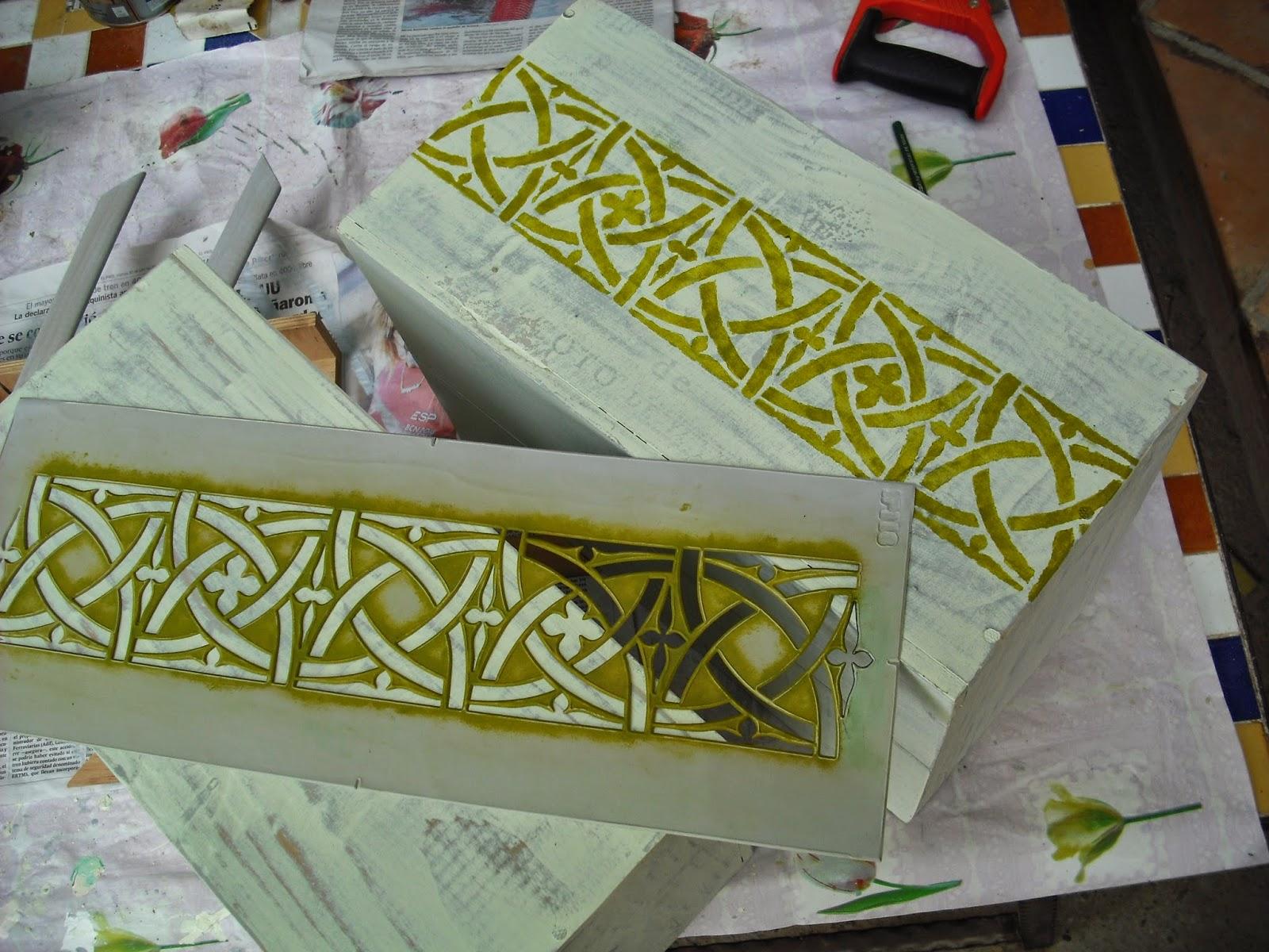 las cajas pequeas son dos cajas de vino se hace lo mismo que con las cajas anteriores dos capas de pintura de cada color lijar y sacar el veteado
