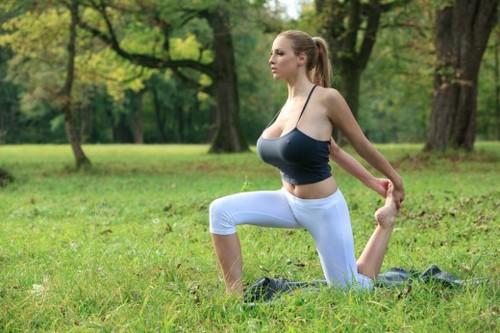 Tập yoga cùng siêu mẫu ngực bự lộ núm 4