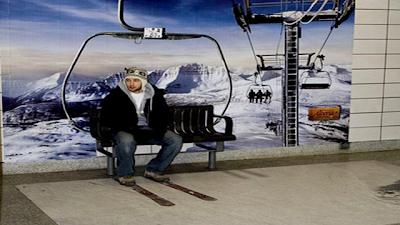 Рекламная скамейка туристического агентства Alberta (Торонто, Канада) - почувствуй себя в горах на курорте