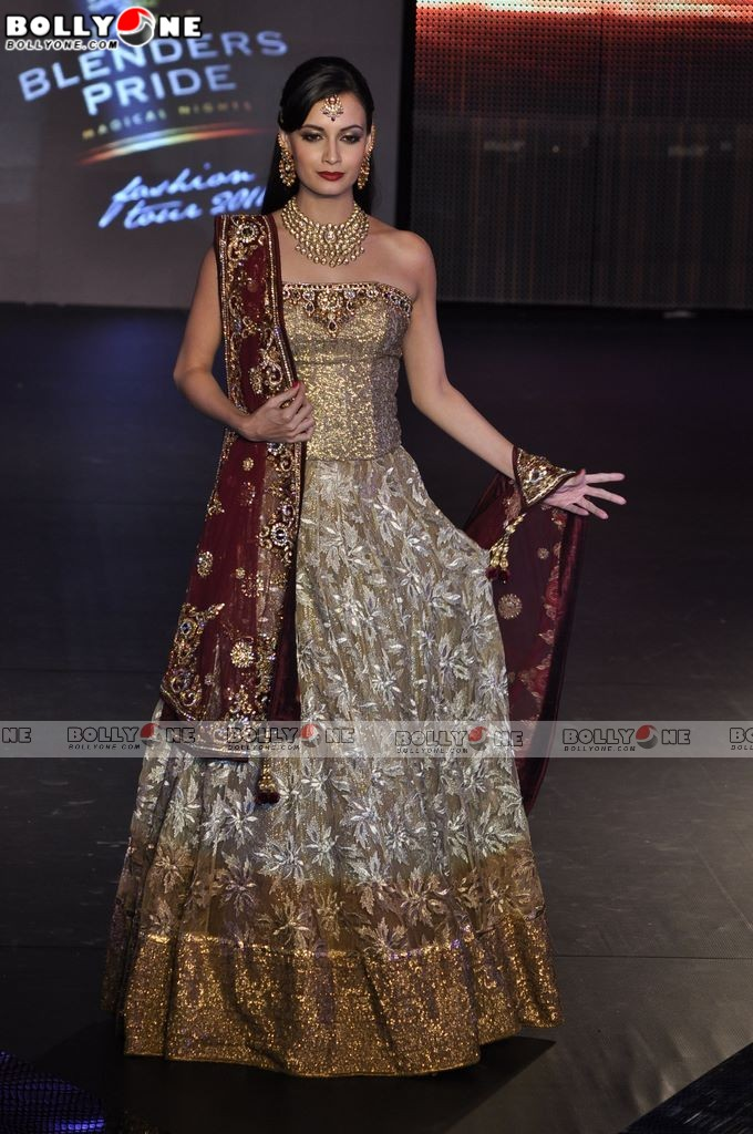 Dia Mirza - Dia Mirza walks the Finale for VIkram Phadnis