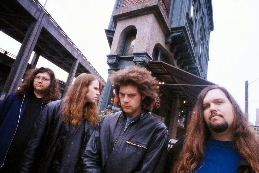 Группа «Screaming Trees» позирует фотографу у паба «Triangle Pub» в Сиэтле в середине 1990-ых.