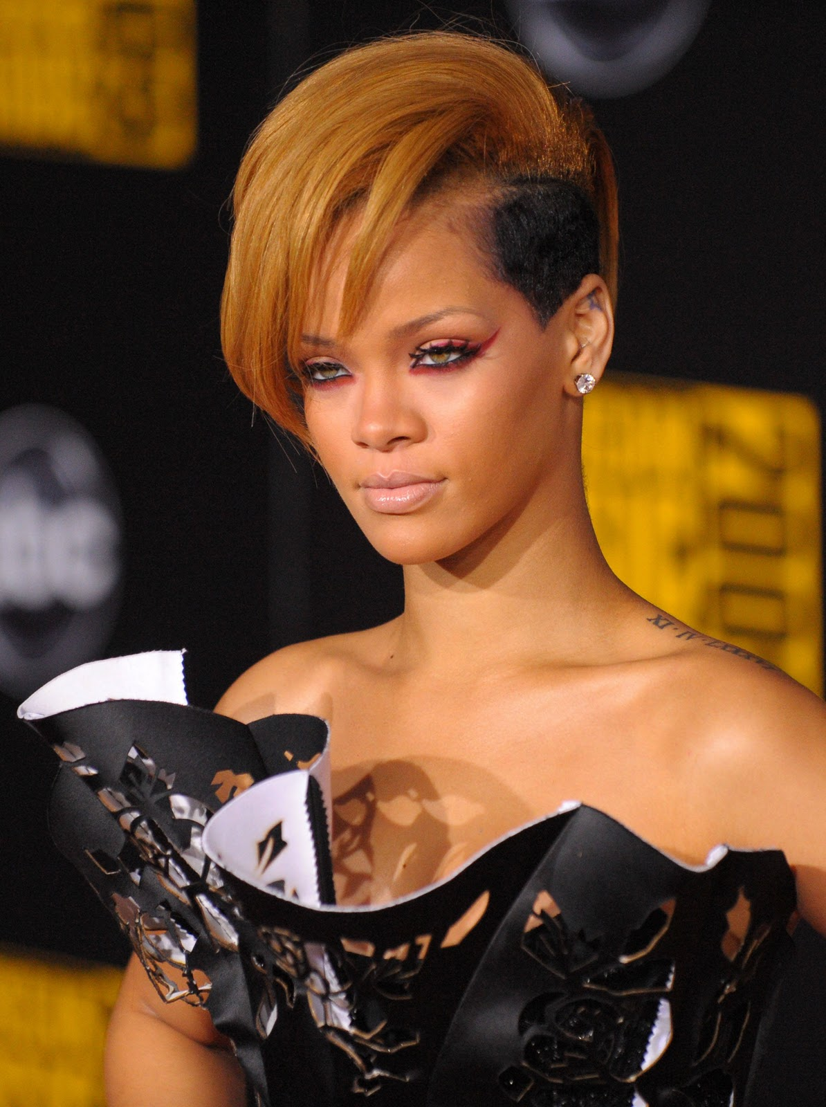 http://3.bp.blogspot.com/-9Srbb3zv6pM/TpQ89qXpoGI/AAAAAAAAEC0/YBXF8u3tdBU/s1600/rihanna+hairstyles+%25287%2529.jpg