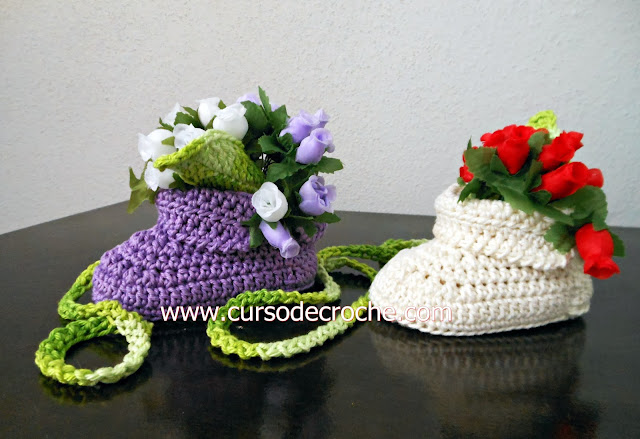 sapatinho crochê bebê decoração da coleção aprendi e ensinei com Edinir-Croche