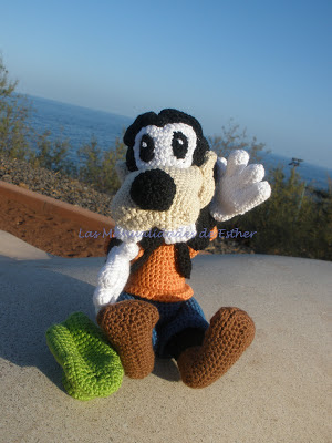 goofy realizado a crochet en posición sentado saludando