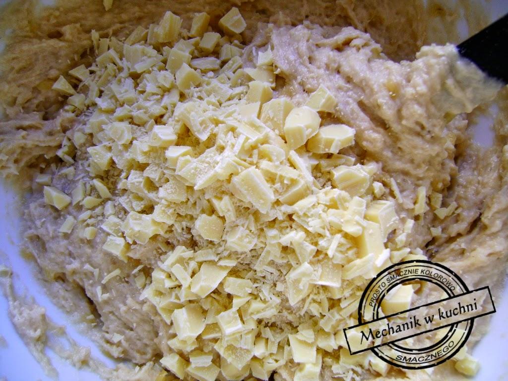 Muffiny bananowe Cukiernia Lidla Mechanik w kuchni mieszanie białej czekolady z masą bananową