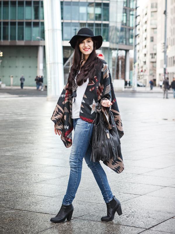 Bild Outfit Azteken Muster Cape Hut Berlin Fashion Modeblogger Berlin Hannover Potsdamer Platz Fransentasche