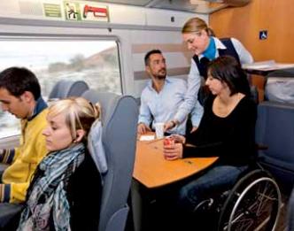 Dos plazas reservadas para usuarios de silla con  asientos abatibles opcionales por si el pasajero  prefiere viajar transferido. No hay asientos enfrentados para fomentar la inclusión.