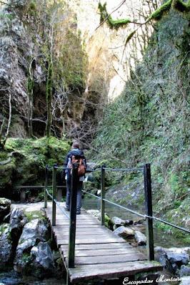 Pasarela en la entrada de la Grotte du lac en Kakouetta.