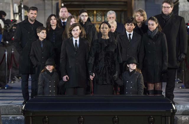 Acompañada por sus hijos, Céline Dion se despide de su marido René Angelil.