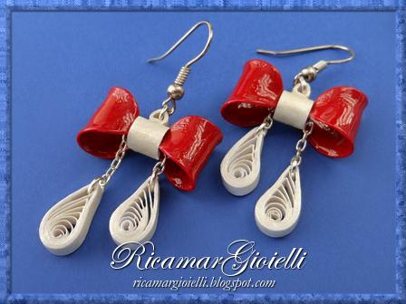 Orecchini con fiocchi realizzati con smalto per unghie e decorati in quilling