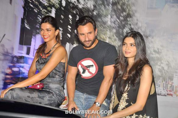 Saif sitting in between Deepika and Diana  - (6) -  Deepika, Diana and Saif @ 'Cocktail' party