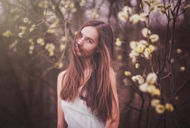 летняя фотография девушки с длинными волосами