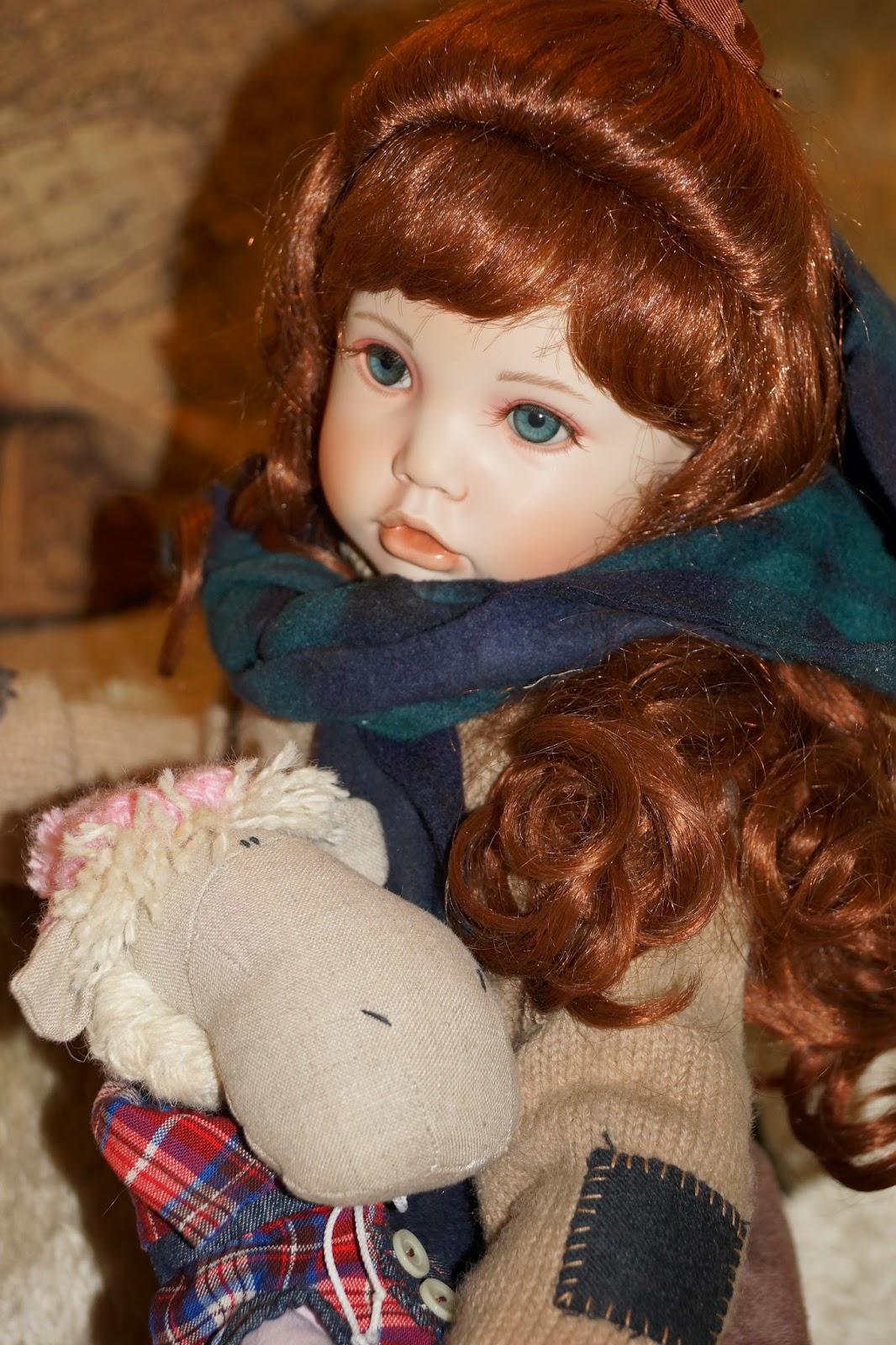 фарфоровая кукла и лошадка