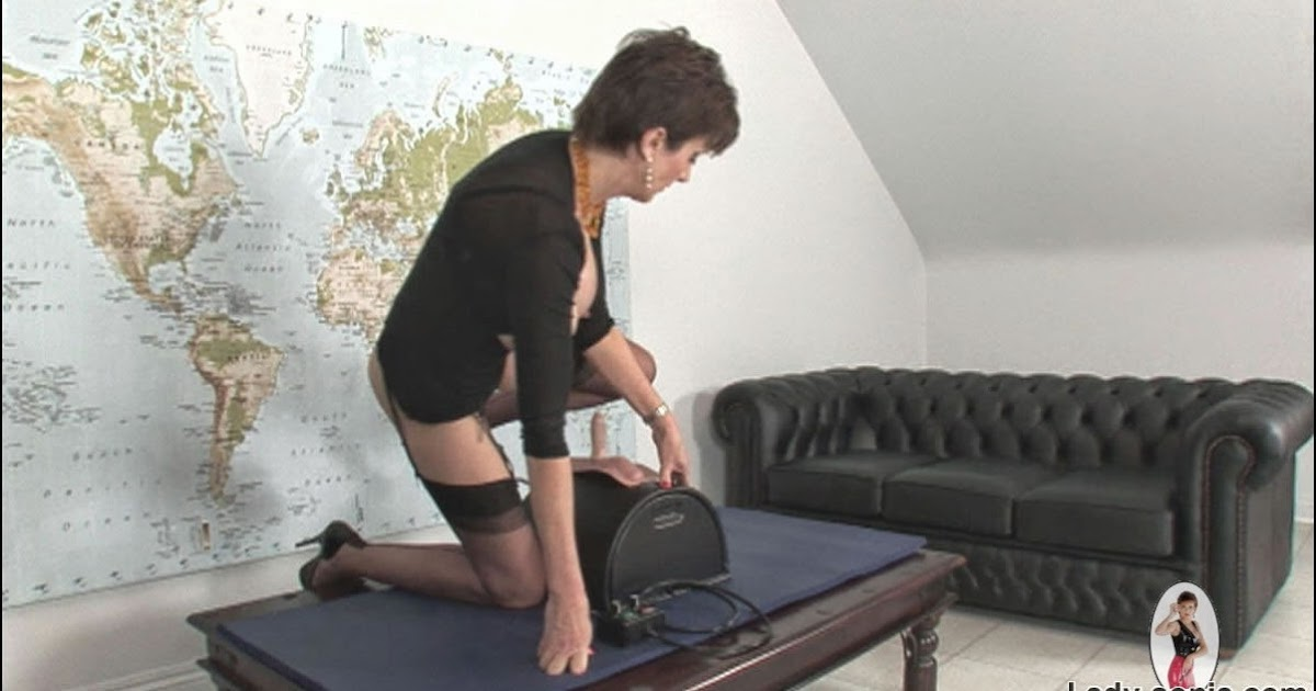 Alesia pleasure plays with her mature twat 4