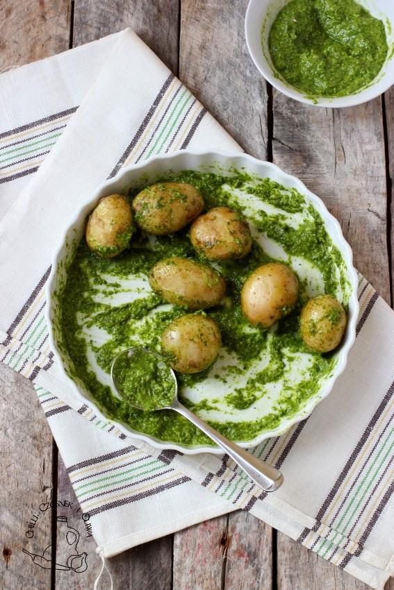 mlode ziemniaczki z zielonym sosem