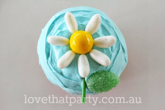 how to, birthday cake, cake tutorial, daisy, flower, cupcake, cake decorating