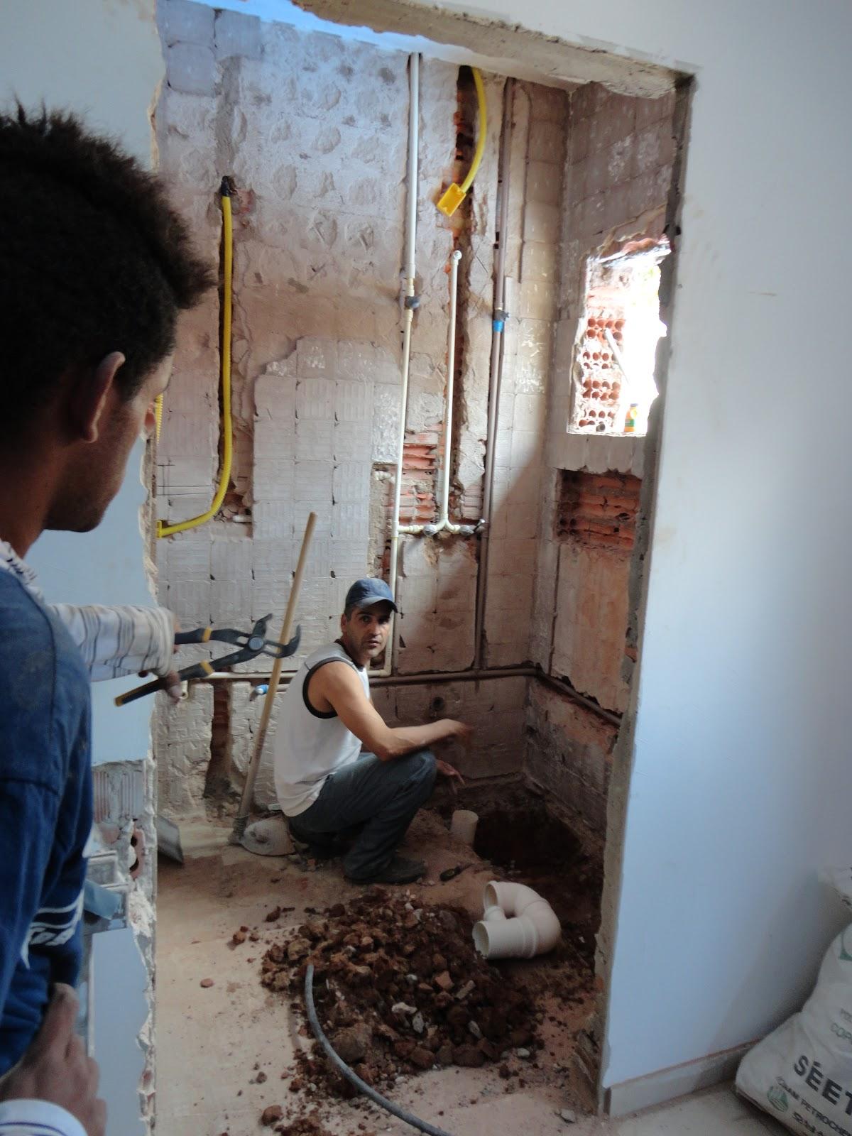 reforma de nossa casa: Quebra quebra no banheiro da suite #2C4462 1200 1600