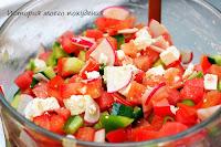 Салат из свежих овощей с домашним сыром