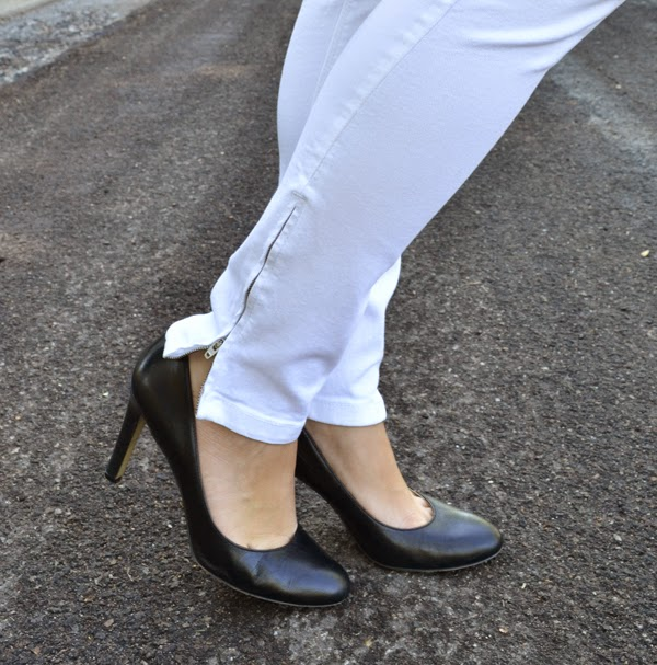 white zara jeans, black heels, fashion blog