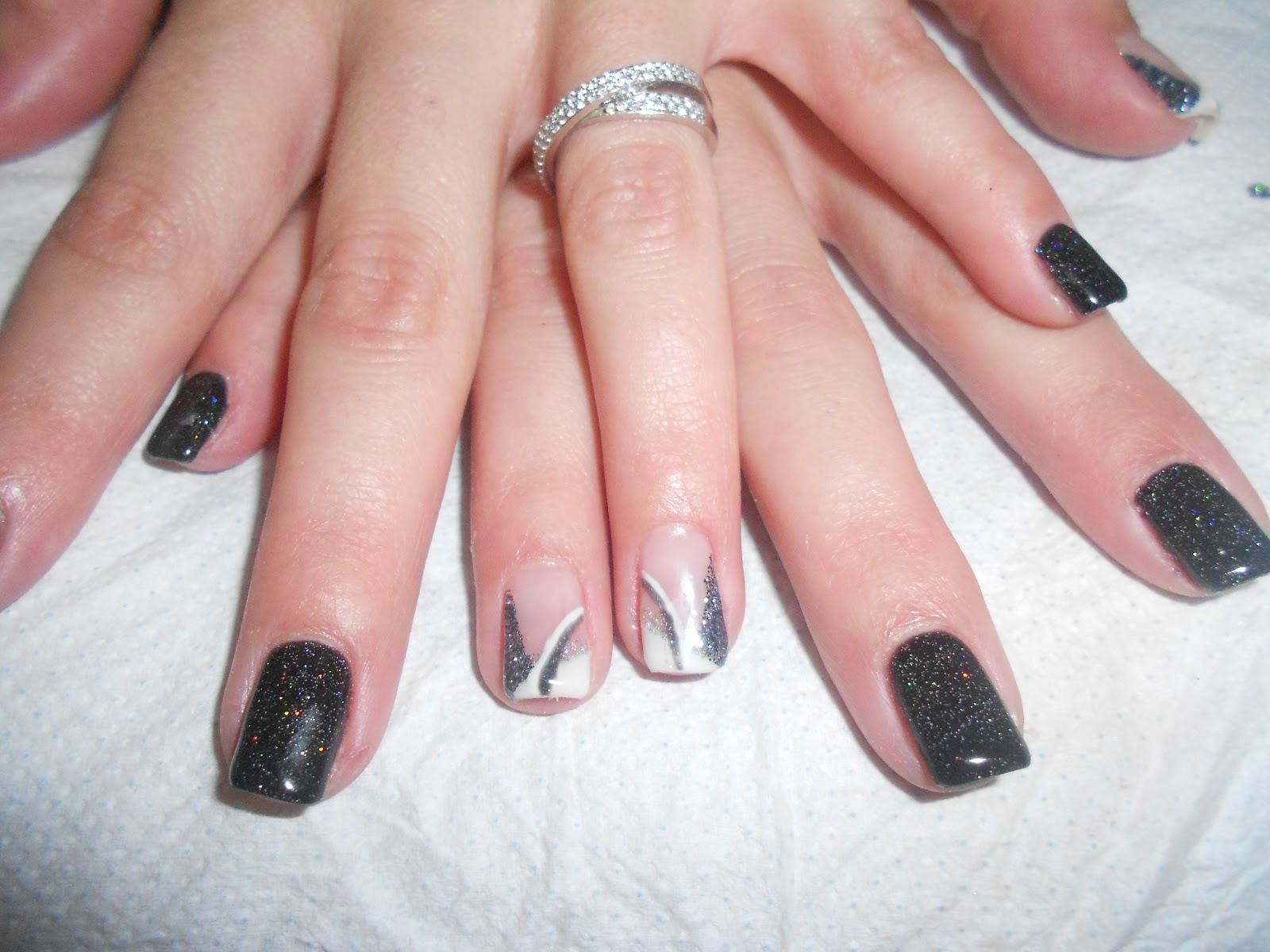 nail art nero glitterato e bianco