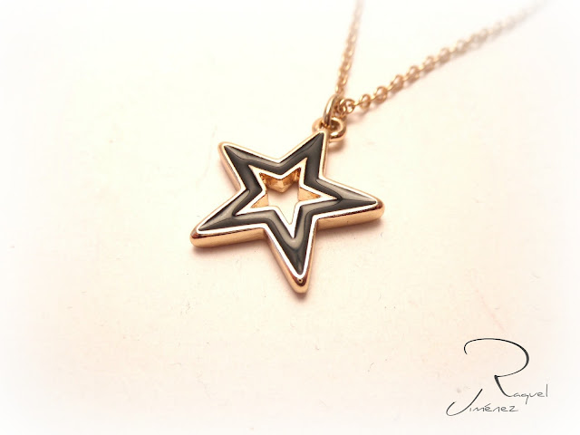colgante estrella dorada negra
