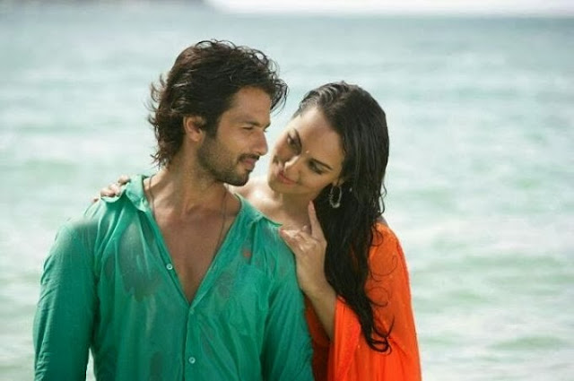 Shahid Kapoor and Sonakshi Sinha Romance On Beach