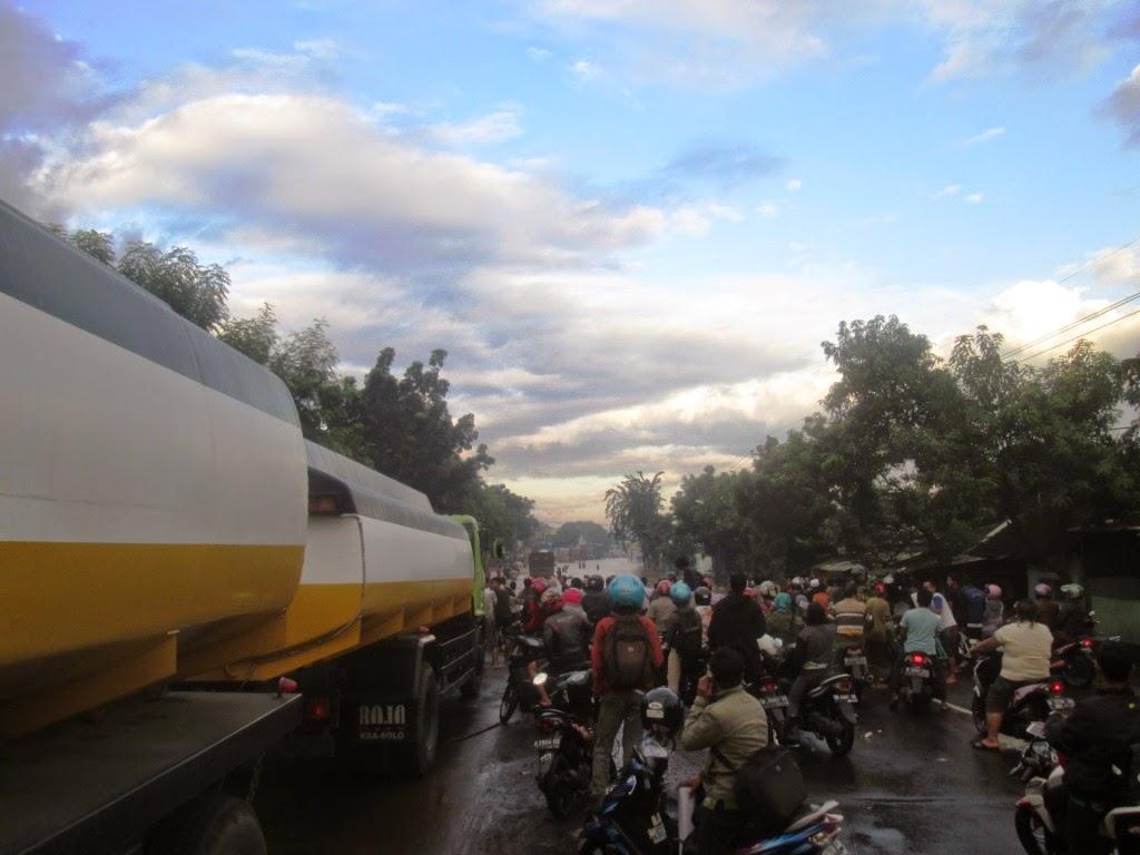 banjir-antrian-kendaraan-menuju-surabaya