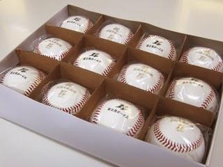 箱にセットされた状態の硬式ボールの写真