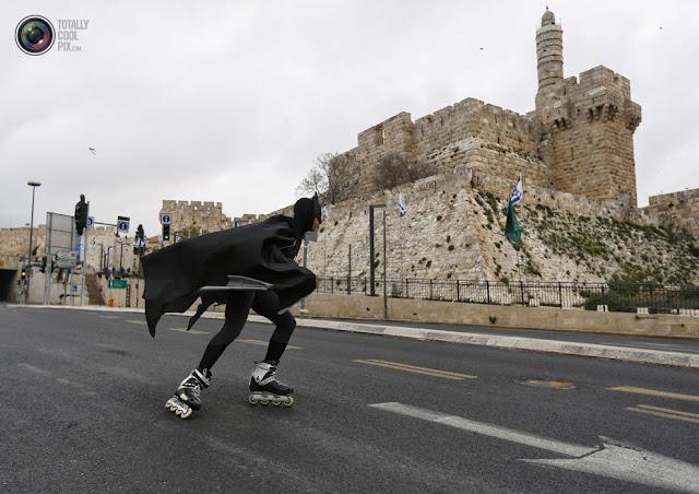 Мужчина в костюме Бэтмена принимает участие в Иерусалимском марафоне. (Ronen Zvulun/REUTERS)