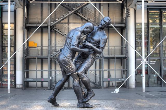 Zinedine+Zidane+headbutt+head-butt+Paris+Pompidou+Marco+Materazzi++Statue+Sculpture.jpg (640×426)
